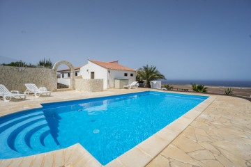 Villa with sea views on top of the quaint town Parque Holandés.