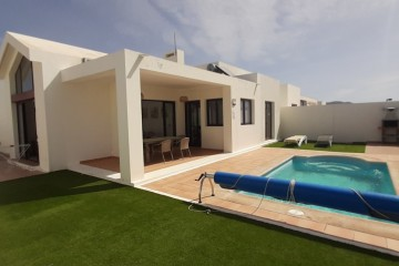Villa for sale with private pool and garage